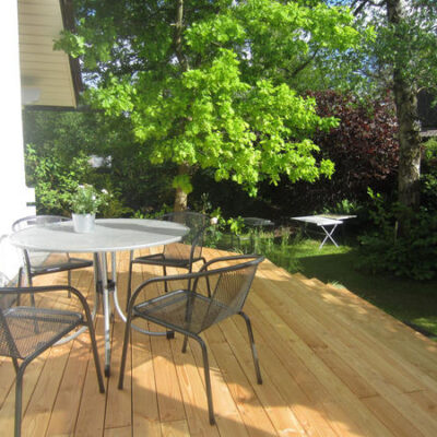 Holzterrasse Gartenmoebel
