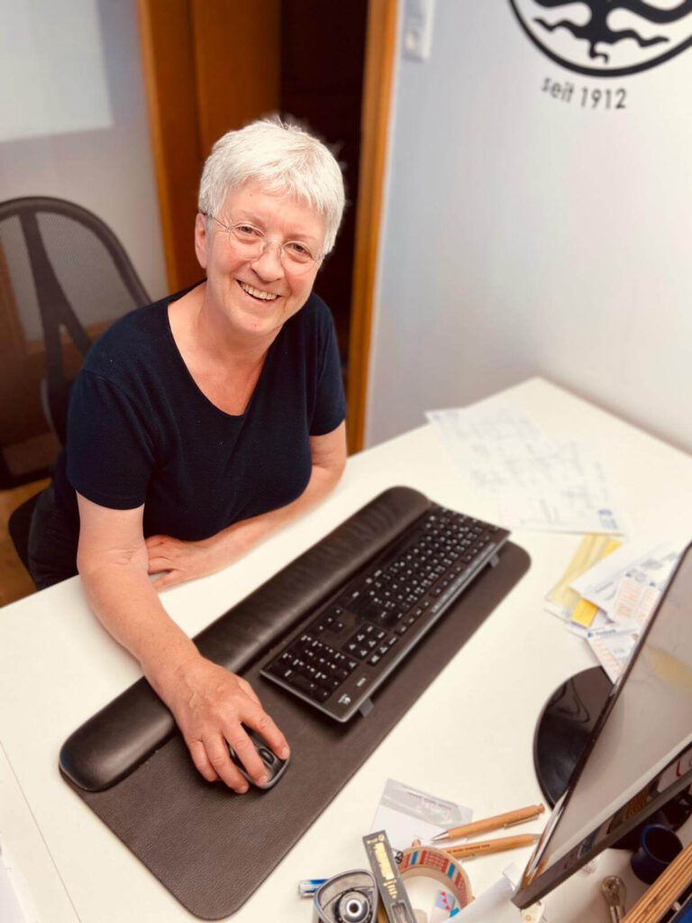 Frau an Computer